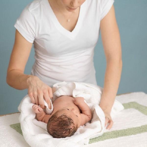 Mách mẹ 10 cách hạ sốt tốt nhất cho trẻ mà không cần dùng thuốc 2