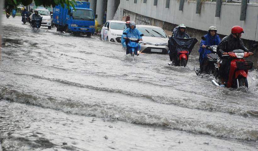 Đường Nguyễn Hữu Cảnh bất ngờ ngập sâu dù 'siêu máy bơm' 90 tỷ nổ máy 5