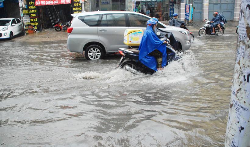 Đường Nguyễn Hữu Cảnh bất ngờ ngập sâu dù 'siêu máy bơm' 90 tỷ nổ máy 6